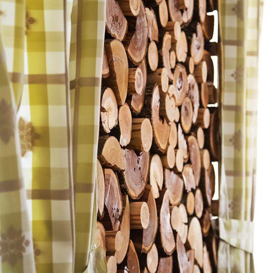 Gasthof-Gruber-Perlesreut-Detail-Vorhang-und-Holz