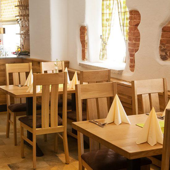 Gasthof-Gruber-Perlesreut-Gaststube-Wandgestaltung-Tische-Bestuhlung
