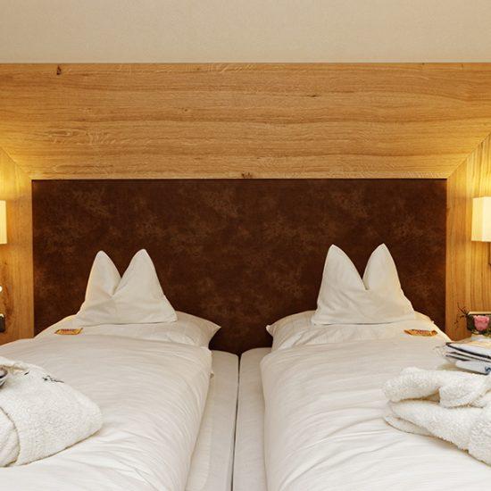 Hotel-Hofbraeuhaus-Zimmer-02-Asteiche-Bettdetail