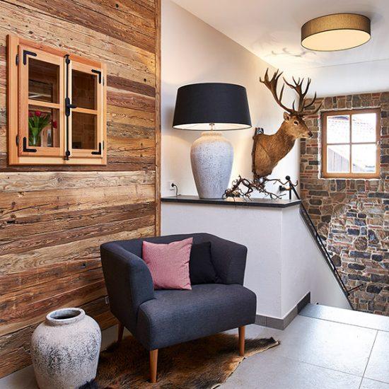 Gasthaus Zum Streiblwirt - Zimmer-Eingang mit Altholzwand von Waldbauer Gastroeinrichtungen