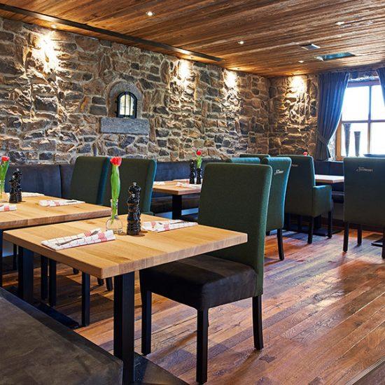 Gasthaus Zum Streiblwirt - Stüberl mit Steinwand von Waldbauer Gastroeinrichtungen