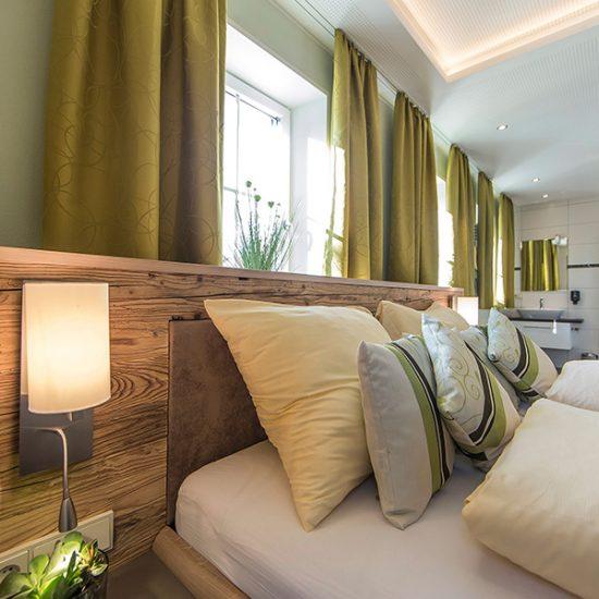 Zimmer-mit-Altholz-Bett-Kirchenwirt