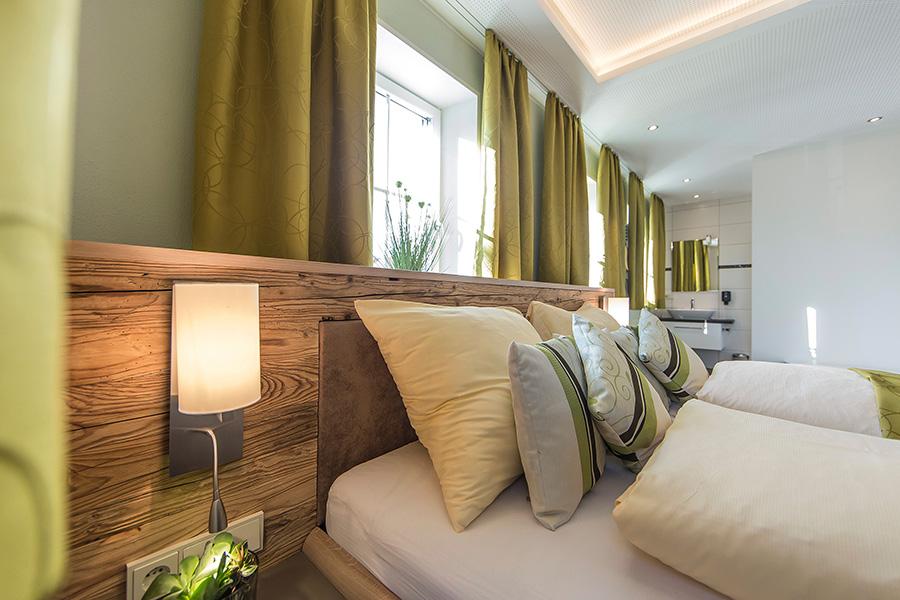 Zimmer Mit Altholz Bett Kirchenwirt Waldbauer