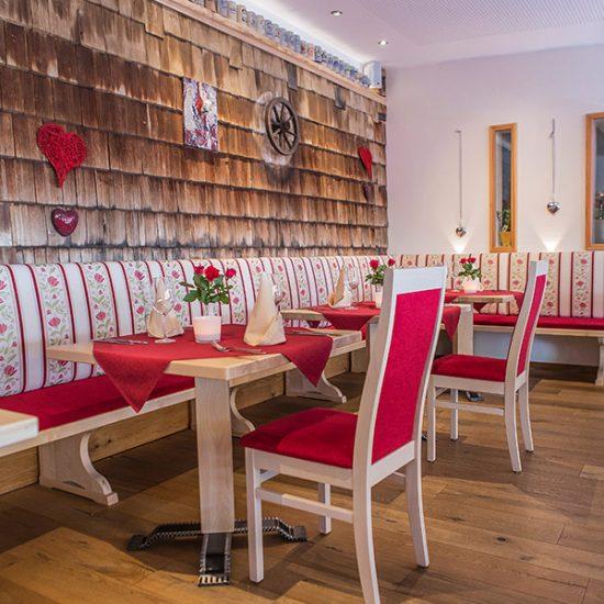 gut-riedelsbach-restaurant-tisch-stuhl