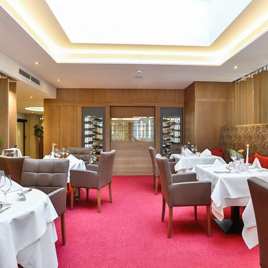 hotel-holzapfel-04-restaurant-weinanrichte