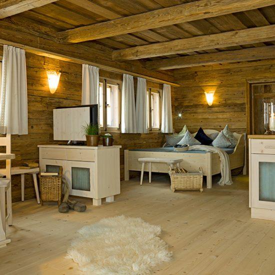 Inneneinrichtung Luxus-Chalets im Bergdorf Hüttenhof mit Altholz