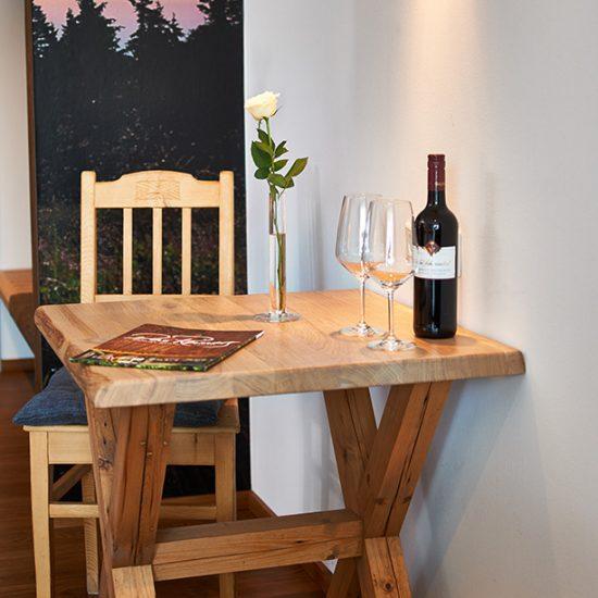 Tisch-im-Zimmer-HeinatZeit