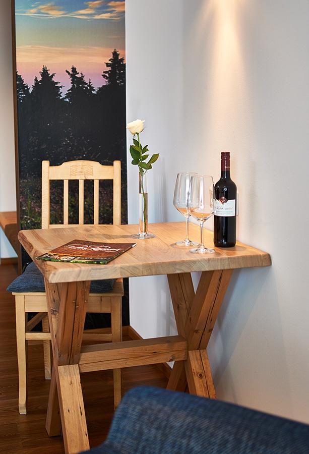 Tisch im zimmer heinatzeit waldbauer for Zimmer tisch