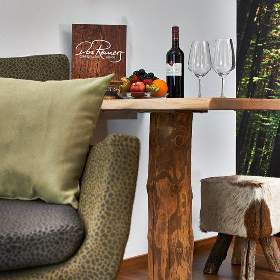 Tisch-und-Hocker-Detail-des-Zimmers-NaturZeit