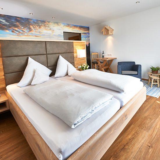 Waldbauer-Hoteleinrichtung-Zimmer-HeimatZeit