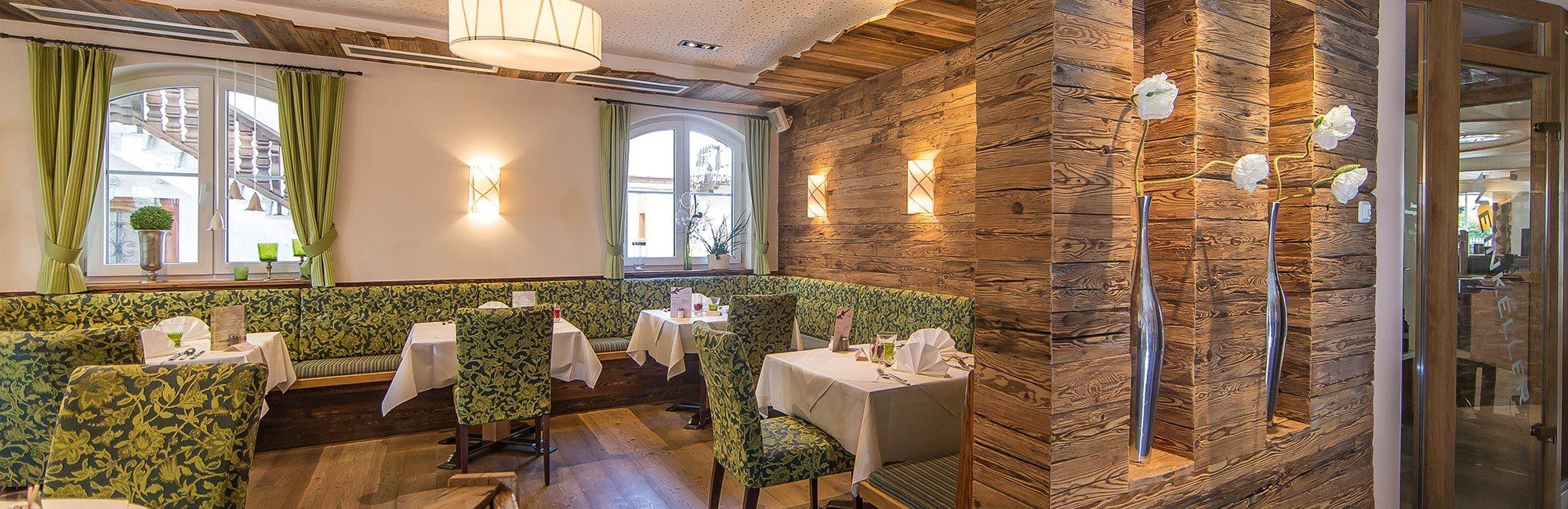 Holz und Altholz sind ein Blickfang in der Hoteleinchtung des Landhotels Stemp | Waldbauer