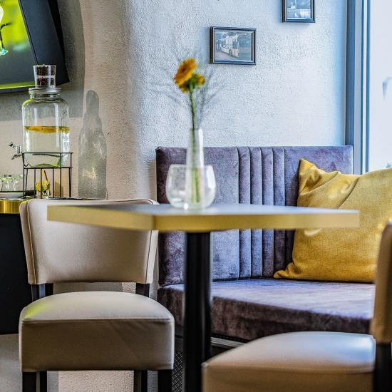 Café Emotions mit ACADEMY Fahrschule in Passau - Gastraum Detail | Waldbauer