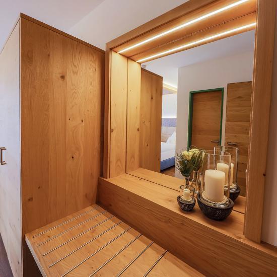 Urlaubshotel Binder in Büchlberg - Garderobe mit Spiegel | Waldbauer Hoteleinrichtung