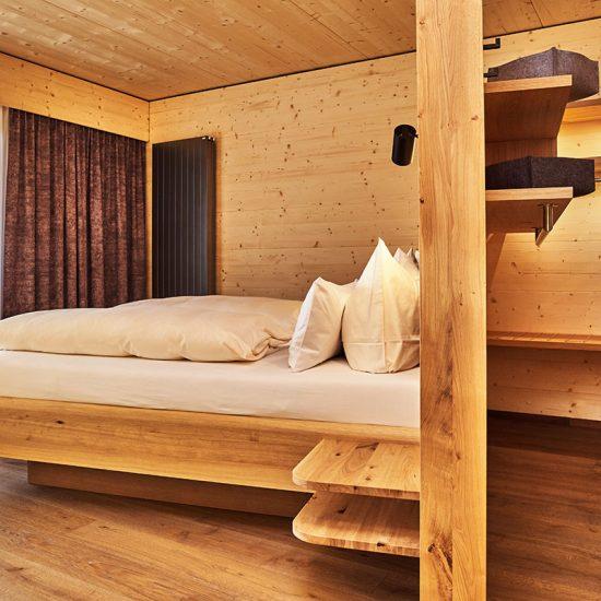 Hoteleinrichtung - Hotelzimmer Hotel Riedlberg mit Bett und begehbarem Kleiderschrank | Waldbauer