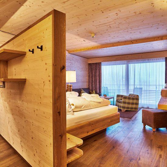 Hoteleinrichtung - Hotelzimmer Hotel Riedlberg mit Ankleide, Wohn- und Schlafbereich | Waldbauer
