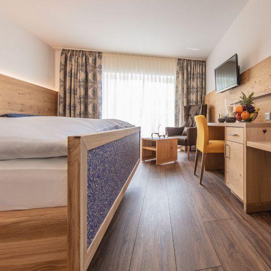 """Doppelbett- und Schreibtischelement """"Wiesenzauber"""" + Wandverkleidung + Schreibtischleuchte + Beistelltisch = 4.890,- €"""