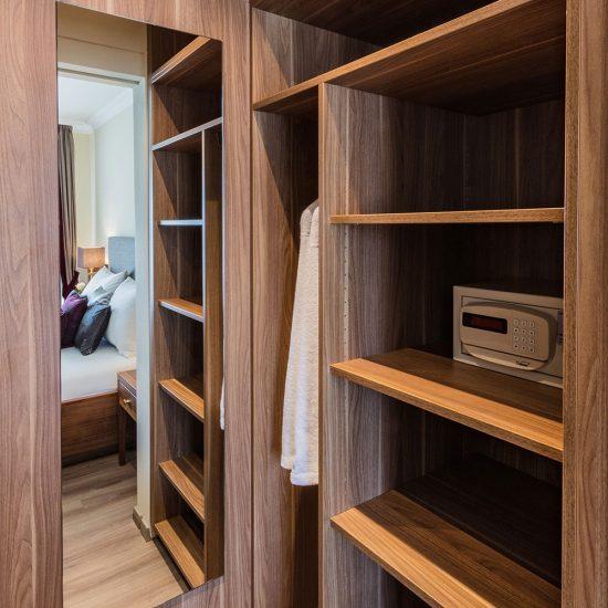"""Begehbarer Kleiderschrank """"Residenz"""" mit Wandverkleidung & Spiegel: 1.595,- €"""