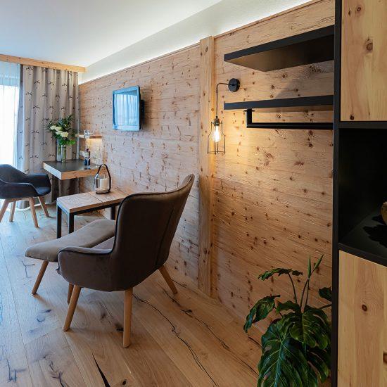 """Schreibtischelement """"Sternentraum"""" schwebend an Wandverkleidung + 2 Wandboards & Garderobenstange mit Wandverkleidung = 1.680,- €"""