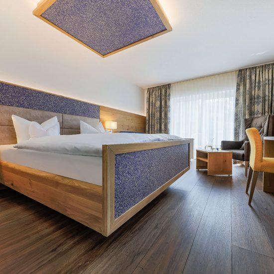 """Doppelbett- und Schreibtischelement """"Wiesenzauber"""" + Wandverkleidung + Beistelltisch = 4.650,- €"""